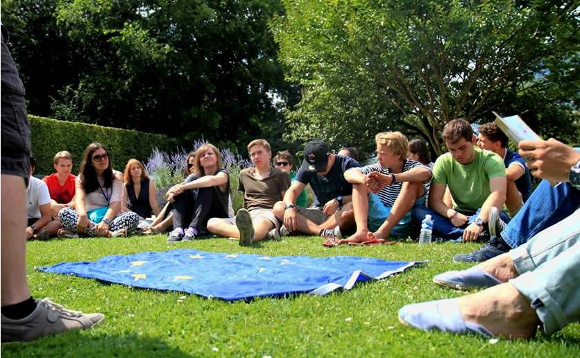 Jongeren in het gras